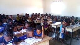 les élèves de l'alphabétisation à Isoanala
