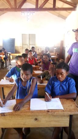 Les élèves studieux lors des séances d'alphabétisation à Isoanala
