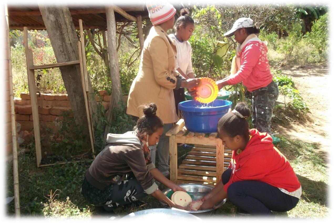Les jeunes au travail au centre social d'Ambatofotsy